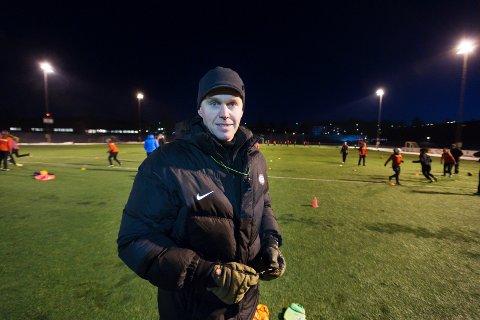 Stein Vegar Larsen trener Stoppen jenter 14 års lag. Han får mye av æren for at så mange jenter fortsatt er med på fotballen.