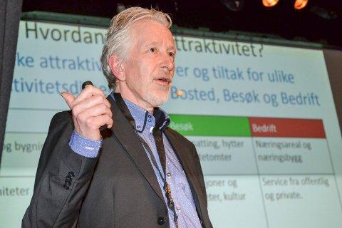 FORSKER: Knut Vareide i Telemarksforskning presenterte dystre tall for Drammens politikere. Han har ett råd til Drammen.