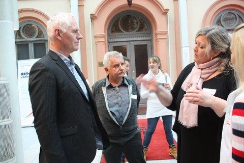 INSPIRERT: Ordfører i Modum, Ståle Versland (t.v), får høre hvordan ROS i Røyken jobber med å gjøre ungdommen aktiv av Nina Sørsdal (t.h). I midten står Egil Kjølstad, leder av hovedutvalget for undervisning i Modum.