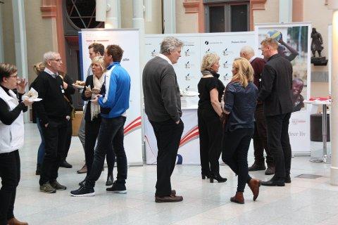 MINGLING: Det ble mye tid til samtale mellom ulike parter innen politikk, idrett og skole i Drammens Teater fredag formiddag.