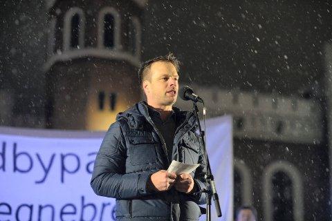 FORNØYD: Jon Helgheim (FrP) er fornøyd med ordførerens nye utspill. Her fra demonstrasjonen mot bompenger i januar i år der han holdt appell.