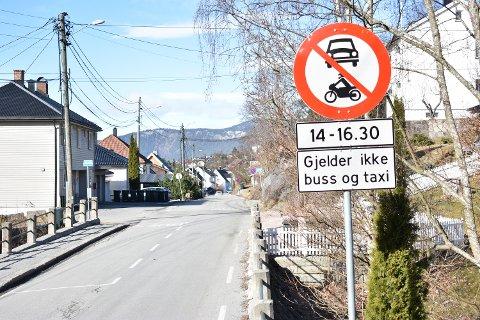 UT AV BYEN: Disse skiltene møter deg i Hans Hansens vei på vei ut av byen.