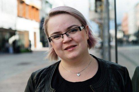 Oda Rygh. Skriver innspill og kommentarer i Drammens Tidende. Bragernes Torg , Drammen