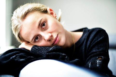 ÅRETS FAVORITT: Først ble hun nominert til to priser. Så ble hun utestengt. Men nå kan Anniken Jørgensen fra Solbergelva bli kåret til Årets Favoritt i landets største prisutdeling for bloggere.