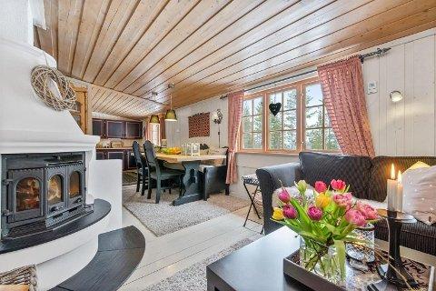 BLEFJELL: Denne hytta fra 1967 ligger ved Beinsvatnet på Blefjell og har et primærareale på nesten 60 kvadratmeter. Prisen er 700 000 kroner.