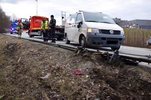 Varebilen rev med seg 20 meter autovern i utforkjøringen. Her er bilen dratt opp på veien igjen.