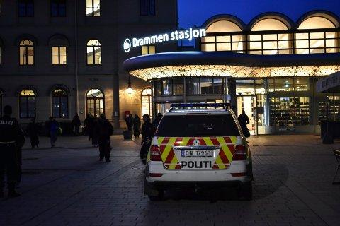 UTE BLANT FOLK: En politibil utenfor togstasjonen i Drammen tirsdag kveld. Denne patruljen var ikke ute på noe konkret oppdrag, men ønsket å være synlige og prate med forbipasserende.
