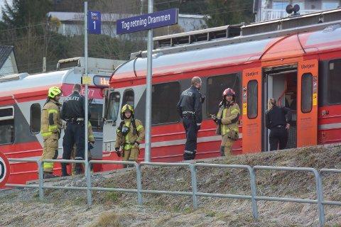 BRANN: Både brannvesenet og politiet rykket ut til Lier stasjon etter melding om brann i en aksel på et togsett.