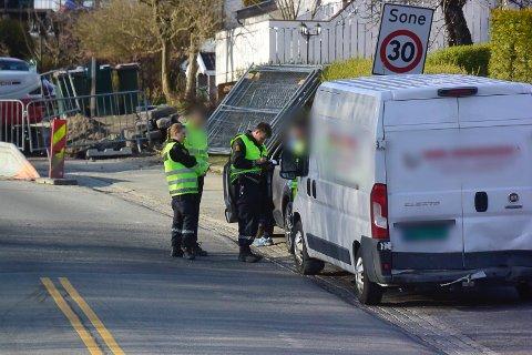 UHELL: Kjedekollisjon Rosenkrantzgata i Drammen onsdag kveld. Politiet snakker med bilistene som var involvert.
