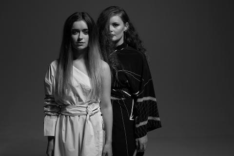 """POPYNGLINGER: Elsa & Emilie ga ut sitt andre studioalbum """"Kill Your Darlings"""" i januar."""
