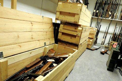 Disse kassene er fulle av våpen som skal sendes inn til Kripos for destruksjon.