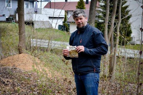 OSTEPOPP-POSE: Halvveis begravd i jord fant Ståle Sørensen en rundt 40 år gammel ostepopp-pose.