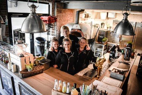 FAMILIEBEDRIFT: Søsknene Mari Arnesen (f.v), Trine Røsnæs, Hege Arnesen og John Eirik Arnesen (bak) jobber alle på Café Grua.