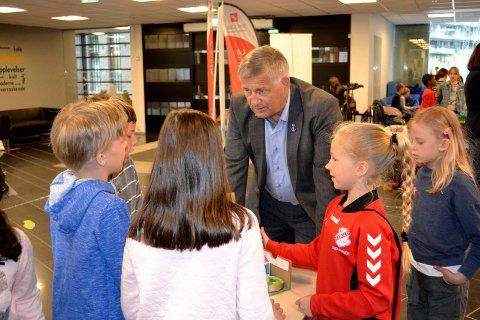 Barna delte sine kreative ideer til en interessert ordfører (Tore Opdal Hansen).