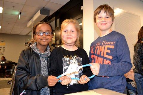 Brangengen-elevene Nafisa Adubahar (t.v.), Danielle Gedminaite og Ludvig Ålien hadde klekket ut en sykkelås som kunne låses opp med fingeravtrykk.