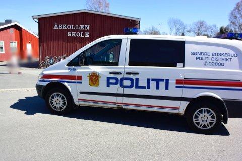 Politiet søker tirsdag ettermiddag etter den tre år gamle jenta. Her er de ved Åskollen skole.