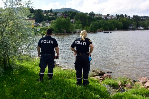 UNDERSØKER: Politiet prøver å bli kloke på nøyaktig hva det er som har spredd seg i Drammensfjorden og Drammenselva.