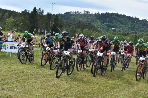ULIK PREMIERING: Flere av jentene som deltok i NM i terrengsykkel på Konnerud, var ikke fornøyd med at de fikk smykker i premie. De sykkelrelaterte premiene gikk til guttene.