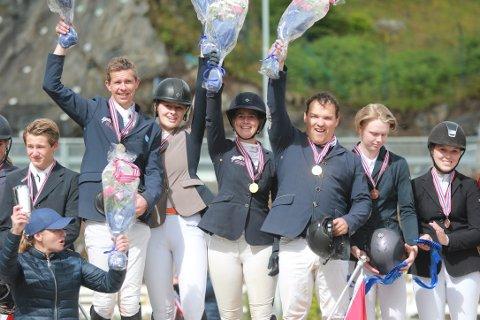 DEBUTANTER: Kvartetten Jan Auen Hafskjold, Rebekka Lie Andersen, Mina W. Simensen og Åge D.E. Askeland deltok i sitt første mesterskap for Drammen Ryttersportsklubb, og vant like godt gull i lag-NM.