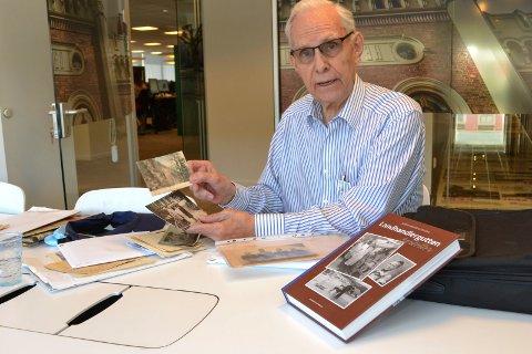 "Børre Andreas Fevang med boken ""Landhandlergutten forteller""."