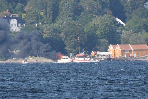 Båten sto i full fyr mellom Vestby og Hurum lørdag kveld.