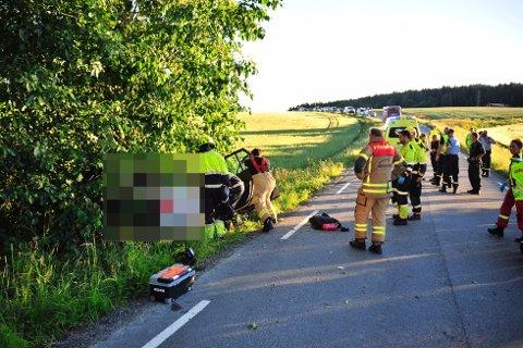 ALVORLIG ULYKKE: En bil kjørte av veien og krasjet i et tre i Vestfossen søndag kveld.