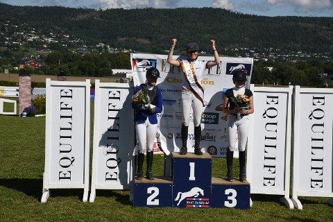TIL TOPPS: Amalie Steen Hegre tok seieren i Equilife Grand Prix. Drammensrytter Lina Ekornrud tok tredjeplass på hjemmebane. Vilde Karlsen fra Brekka Rideklubb i Arendal ble nummer to.