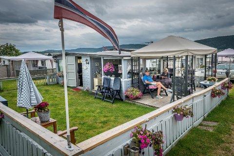 FERIEPARADIS: Harald Haug og Vera Aurdahl tilbringer hver sommer på denne innrammede campingfliken - og synes det er helt topp.