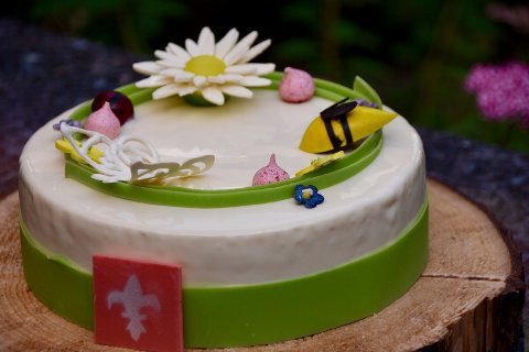 EKSKLUSIV: Kaken er laget med jordbær fra Lier, hylleblomst fra Telemark, basilikum fra Eiker, mandler fra Marokko, kremost fra Italia, sjokolade fra Frankrike og vanilje fra Tahiti.