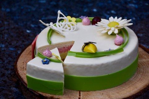 Kaken har mange forskjellige lag. Konditorene lagde 40 like kaker til bursdagsfeiringen.