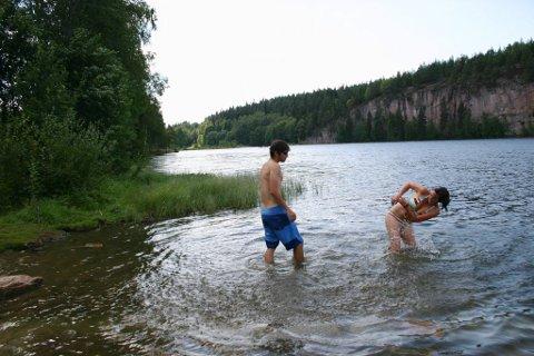 Her fra lykkeligere tider ved tjernet i Lier, de sveitsiske turistene Aldo Platz og Claudia Fuchs har vannkrig i Damtjern i 2006.
