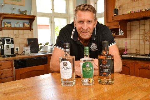 SPRIT: Ståle Håvaldsen Johnsen er gründer og eier av Kimerud AS på Tranby i Lier som produserer og eksporterer egen gin og akevitt. De to ginene har forskjellig alkoholstyrke.
