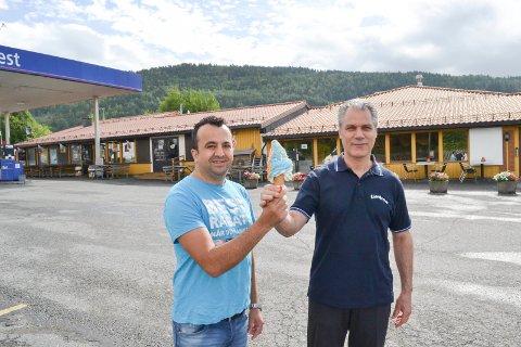 SAMARBEID: Mehmet Bas hos Best Lier selger tonnevis av softis mens Cevdet Bogatekin fyller Lierkroa med kunder som får norsk tradisjonsmat. De to naboene har et godt samarbeid.