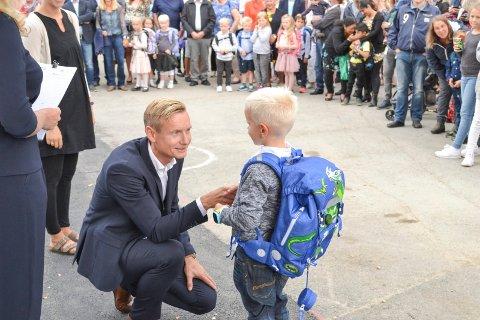 FØRSTE SKOLEDAG: Her blir William Ahlstrøm ønsket velkommen til hallermoen skole av rektor Thomas Larsen Sola.