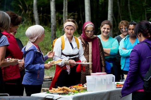 Den eksotiske turmaten falt i smak hos dronning Sonja. -Kjempegodt, konstaterte hun. Til venstre prosjektleder for flerkulturelle i DNT, Havva Cucurkaya.