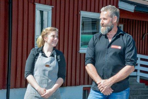 KRITISKE: Driverne av Eiksetra turisthytte, Anne Nymoen Jensen og Svein Helgevold er kritiske til at det fortsatt ikke er gjort noe for å utbedre mobilnettet rundt Eiksetra.