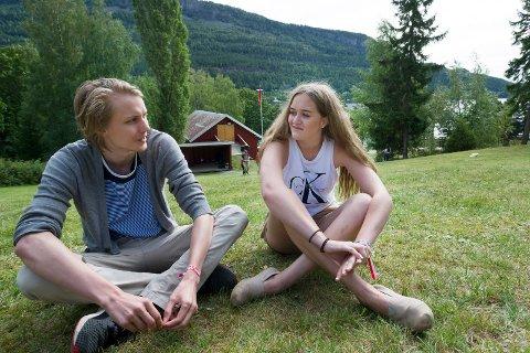 SØSKEN: Tidligere leder i AUF Buskerud, Niclas Tokerud (27), har deltatt på AUFs sommerleir siden 2005. I år er det lillesøster, Tiril Marie Vikje Tokerud (15), sin aller første gang som leirdeltaker. – Det er veldig gøy å være her for første gang. Jeg har gledet meg til dette i flere år, sier hun.