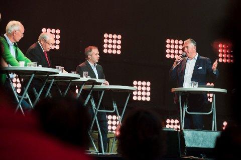 ENGASJEMENT: Per Olaf Lundteigen (t.v.) hisset på seg Trond Helleland (t.h.) i debatten, hvor spesielt Martin Kolberg (nr. 2 f.v.) fikk føle kristenfolkets mishag. I midten: debattleder Bjarte Ystebø.