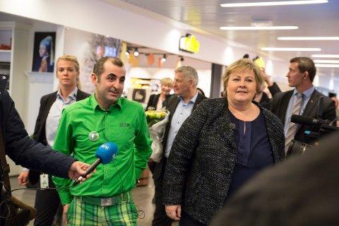 GJEVT: I mars i år hadde Siyamak Nemati, butikksjef for Kiwi XL Strømsø, gjevt besøk av statsminister Erna Solberg. Nå er hans butikk nominert til en gjev matpris.