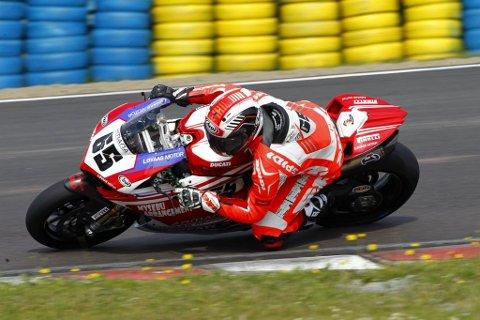 SUVEREN: Ole Bjørn Plassen fikk virkelig fart på motorsykkelen i Rudskogen Motorfestival.