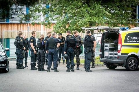 POLITI: Politiet rykket ut med mange patruljer da det ble meldt om knivstikking på St. Hallvard vgs.