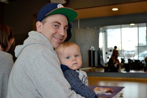 Pappa Jon Lindland Korvald med lille Jan Fredrik, ti måneder, var blant deltakerne førstehjelpkurset på treningsenteret.