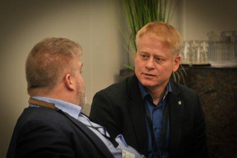 SPENNENDE FORSLAG: Johan Edvard Grimstad (t.h.) foreslo en desentralisert arbeidsform i det nye storfylket. Her i prat med Buskeruds Dag Øivind Henriksen.