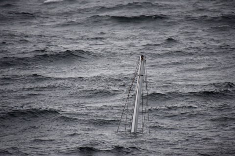 Kun masta stikker opp fra vannet på seilbåten lørdag formiddag.