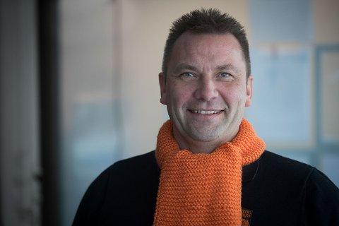 Jon-Ivar Windstad, daglig leder i Kirkens Bymisjon Drammen, oppfordrer folk til å plukke med seg et skjer. Foto: Torbjørn Tanberg
