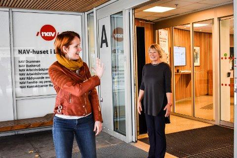 FARVEL TIL NAV: Etter fire år takker Kristine Tande de Lemos (til venstre) farvel til Nav og Nav-direktør i Buskerud Elisabeth Holen, med en stor takk for all hjelp hun har fått i fire år.