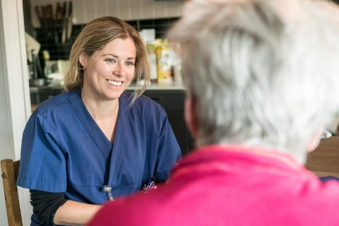 GLAD I Å HJELPE MENNESKER: Anette Sagen er glad i å hjelpe mennesker. Det var en av grunnene til at valget falt på sykepleieryrket, da hun skulle pensjonere seg som hopper.