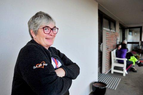 HYLLES: Bente Eltoft og hennes kollega Arne Kristian Amundsen hylles av politiet for å ha reddet kvinnen fra en leilighetsbrann.
