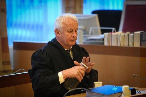 AKTOR: Politiadvokat Hans Lyder Haare tar med seg en diger haug med dokumenter til tinghusert i Oslo, hvor han skal prøve å overbevise juryen om at 49-åringen har gjort seg skyldig i grov korrupsjon.