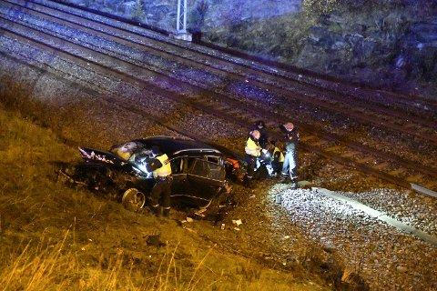 Bilen landet kloss ved jernbanelinjen etter et hopp på opp mot 30 meter.